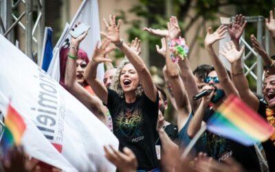 Legge contro la misoginia e contro la omotransfobia. I due ragazzi di Nuoro che si baciano in costume sardo e che fanno scandalo